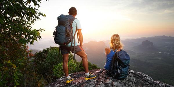 Гористый пейзаж с туристами