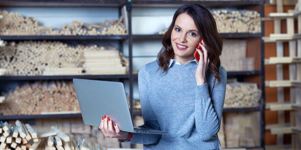 Девушка с ноутбуком и телефоном