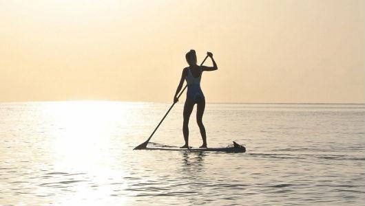 Девушка с веслом на плоту