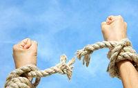 Руки, разорвавшие веревку, изображены на фоне неба